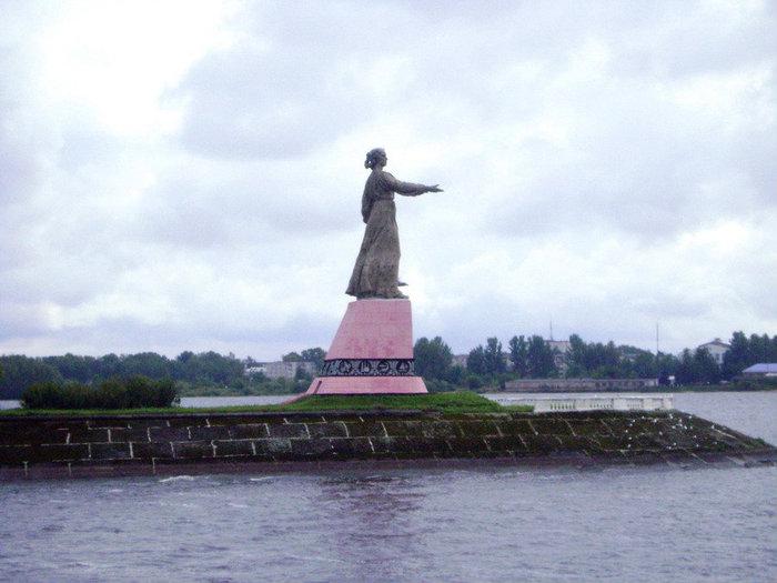 «Мать-Волга» с 1953 года вглядывается в морскую даль с 28-метровой высоты. Это один из лучших очерков в камне московских скульпторов Шапошникова и Малашкиной и архитектора Донских.