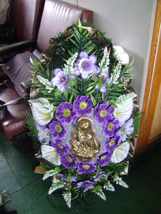 Мемориальный венок был спущен на воду Рыбинского водохранилища над Мологой.