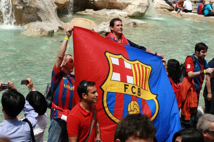 испанские болельщики у фонтана Треви