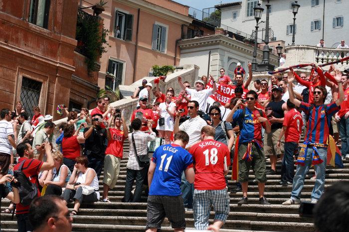 испанские футбольные болельщики на Испанской лестнице