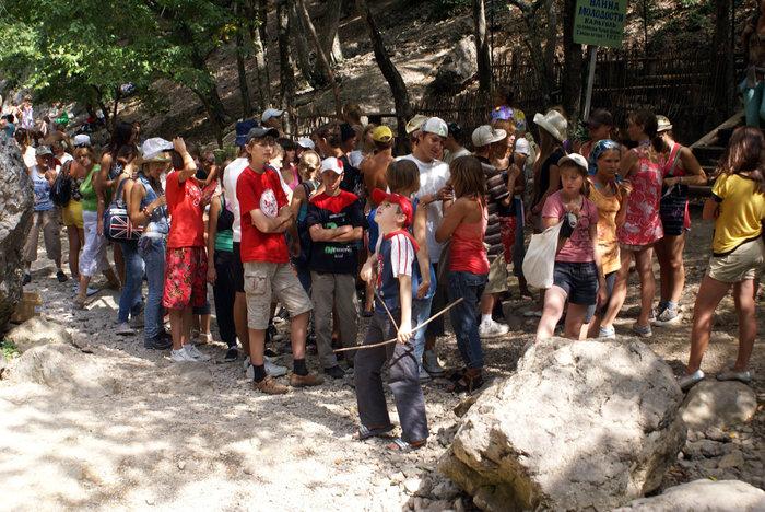 Школьники на экскурсии в Большом каньоне Крыма
