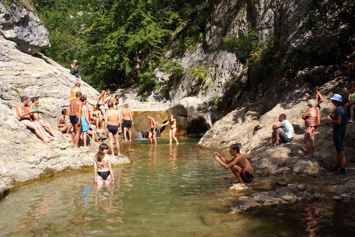 Туристы у ванны Молодости