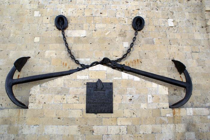 Два якоря у стены — памятник революционным матросам