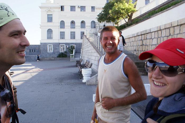 Зазывала — предлагает тур на кораблике по Севастопольской бухте (за 50 гривен с человека).