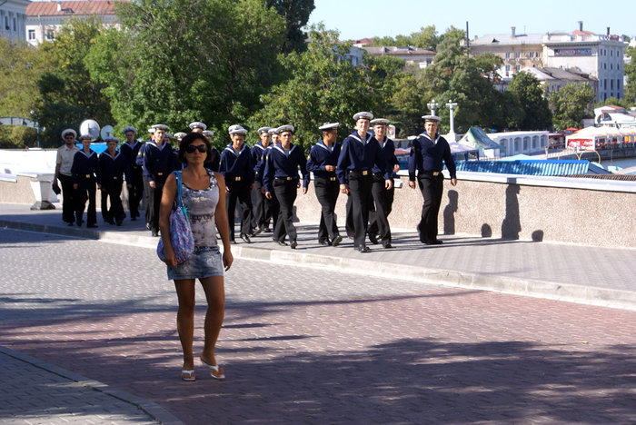 Моряки на Севастопольской улице