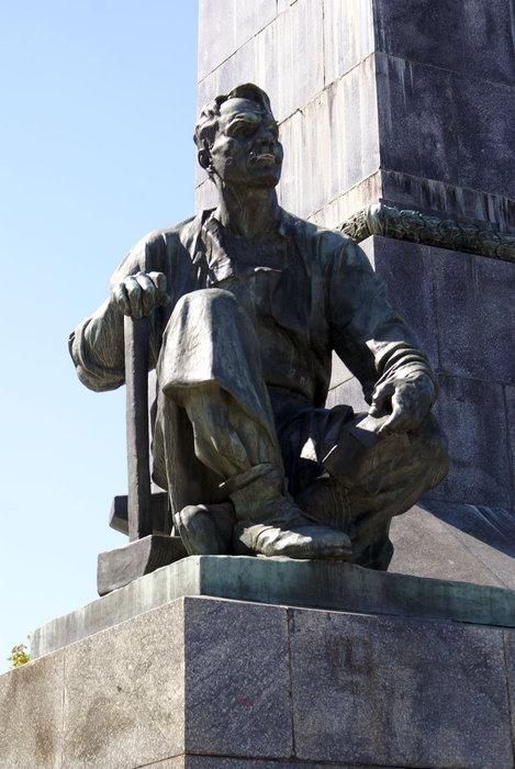 Фигура рабочего у ног В.И. Ленина
