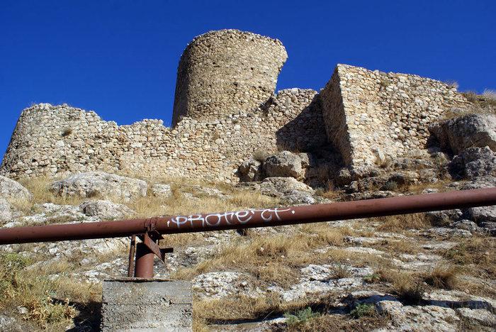 Крепостная стена и труба