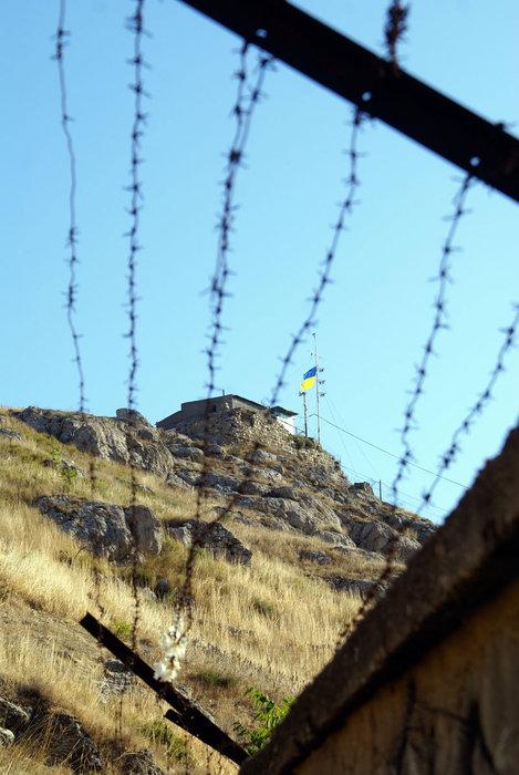 Украинский флаг за колючей проволокой