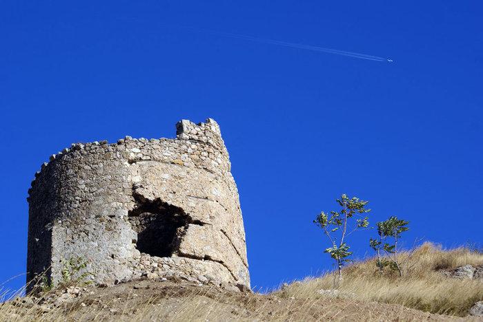 Старая башня и сверхзвуковой самолет