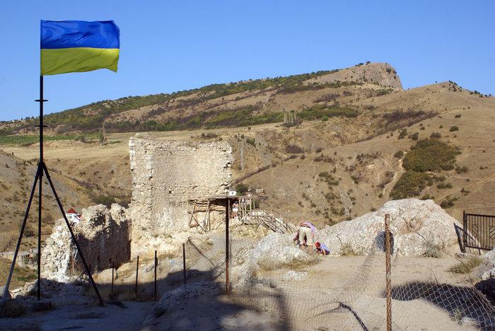 Украинский флаг на руинах крепости в Балаклаве