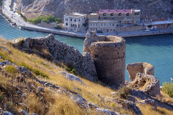 Руины крепости и бухта Балаклава