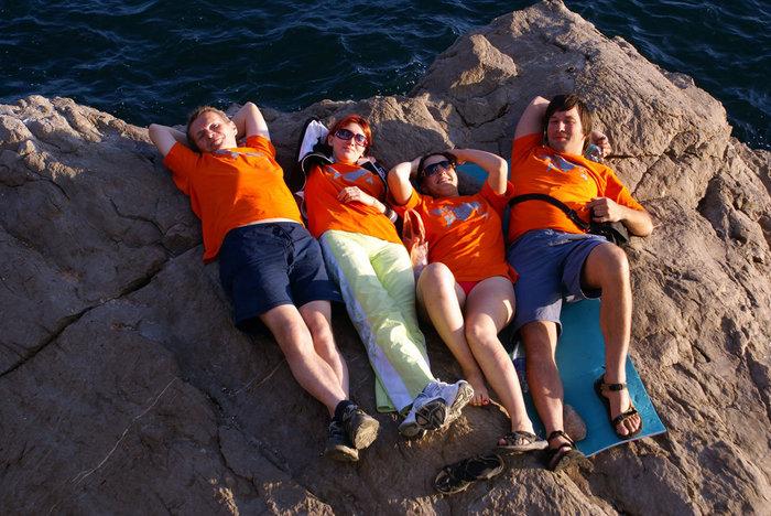 Путешественники на камне в море