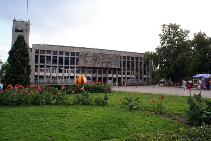 Центральная площадь со зданием администрации в Ялте
