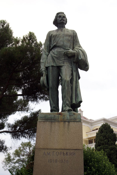 Памятник Максиму Горькому на набережной Ялты