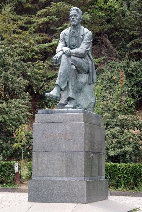 Памятник А.П. Чехову на набережной Ялты