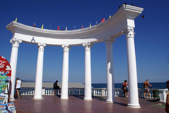 Колоннада на набережной в Алуште