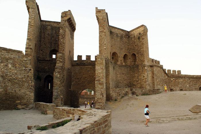 Главные ворота Генуэзской крепости, Судак