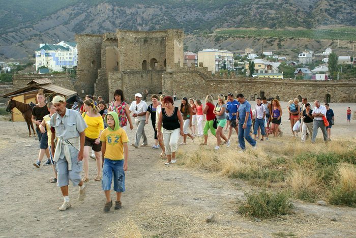Туристы в Генуэзской крепости, Судак
