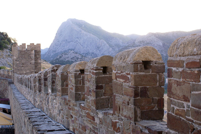 Зубцы крепостной стены в Генуэзской крепости, Судак