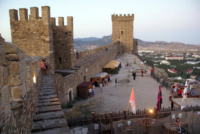 За крепостной стеной в Генуэзской крепости