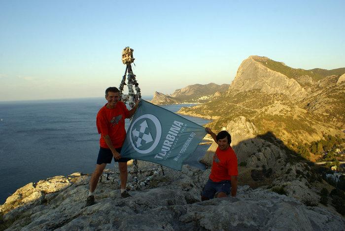 Валерий Шанин и Олег Семичев с флагом