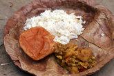 еда в тарелке из пальмовых листьев