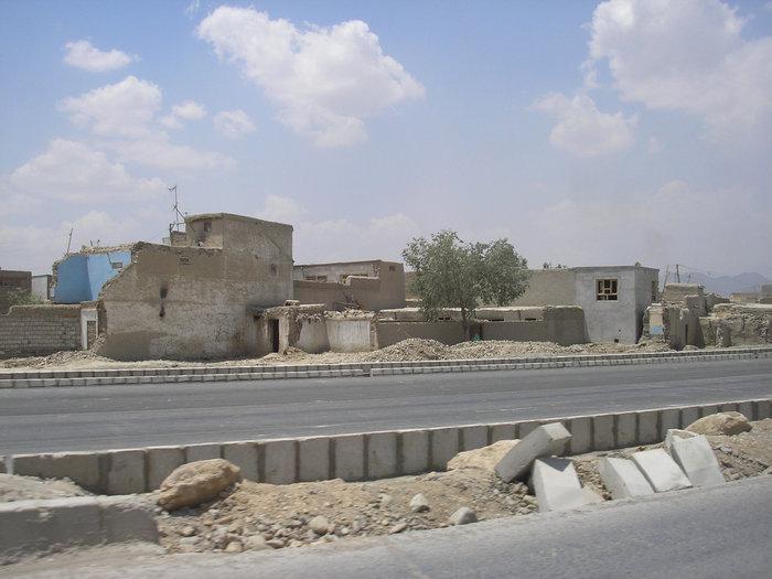 Дорога среди руин из аэропорта.