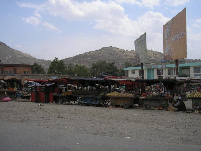 Улицы города сплошной базар (торговля овощами).