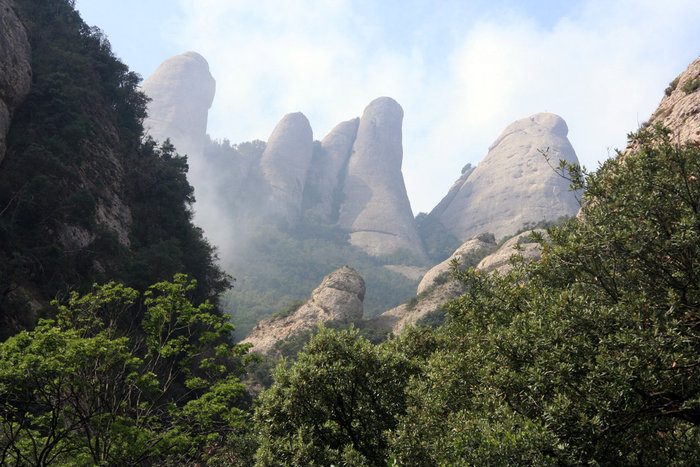 причудливые скалы на горе Монтсеррат