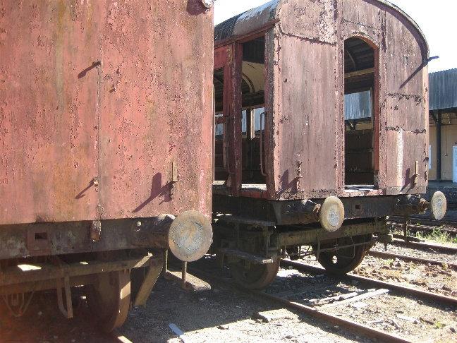 Заброшенные вагоны рядом со станцией