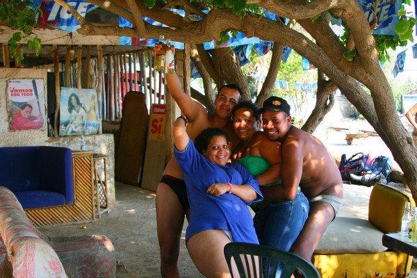 Веселые венесуэльские ребята, угостившие нас холодным пивом
