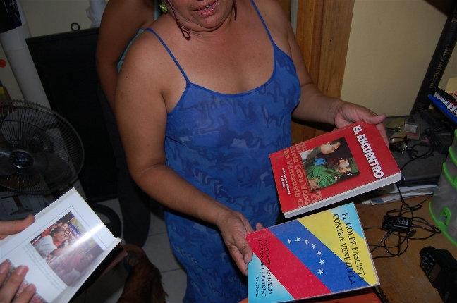 Мама девушек оказалась большим поклонником Уго Чавеса. Она подарила нам несколько книг про него.