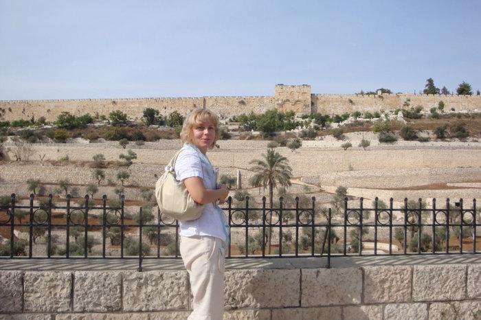 Вид с Масличной горы на Кедронскую долину и старый город,вдалм Золотые ворота-через которые войдет Машиах)))