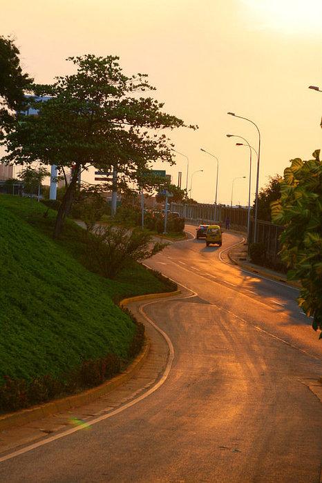 Дорога вдоль забора аэропорта