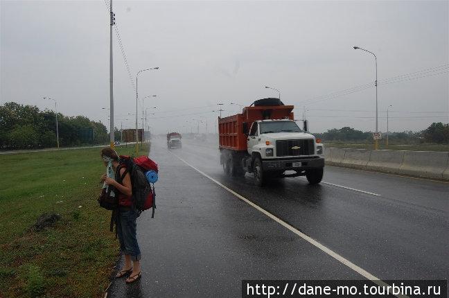 Проезжающие грузовики обдавали нас водной пылью