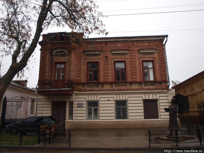 Дом, где родилась Фаина Раневская, и памятник ей же.