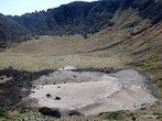 Отсюда до дна кратера оставалось всего несколько десятков метров, и мы могли отлично разглядеть его.