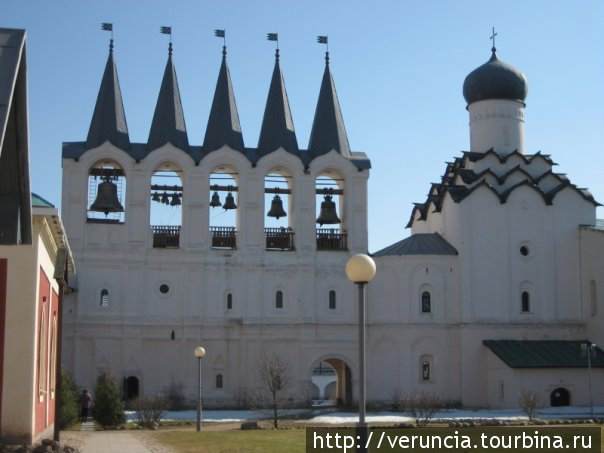 Звонница и Покровская церковь