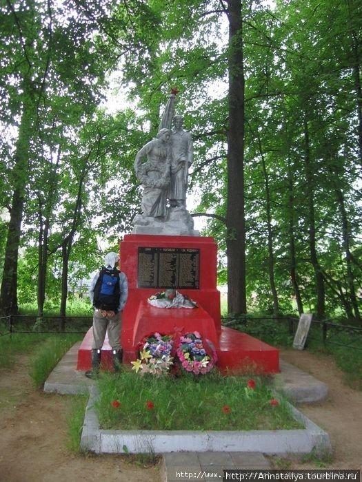 Или вот — памятник погибшим в войне жителям деревни
