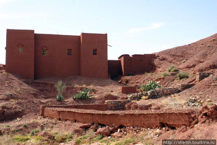 Простой деревенский дом в ущелье Додес