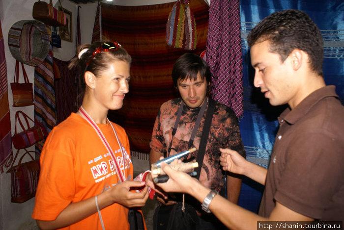 Продавец объясняет принцип работы домашнего ткацкого станка