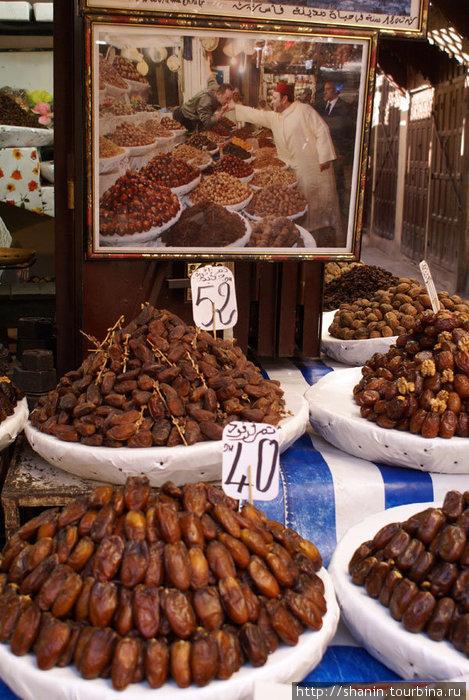 Реклама по-мароккански: на фотографии  какой-то уважаемый человек покупает в этом лотке сухофрукты.