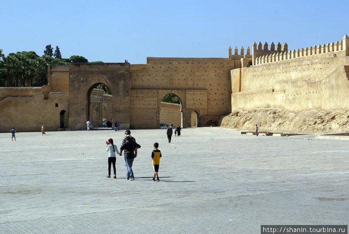 Настоящая площадь — а самой окраине Старого Феса у крепостной стены.
