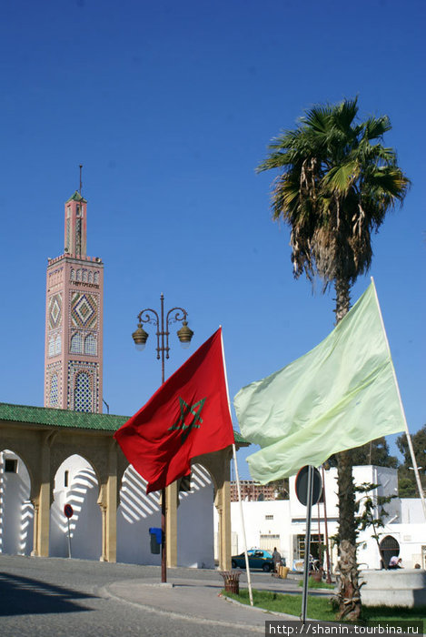 Марокканский флаг на площади в Танжере