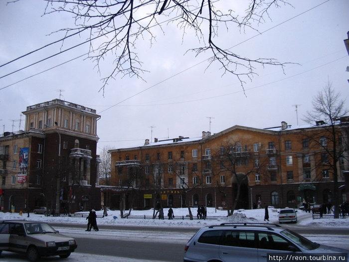 На улицах города. Здания