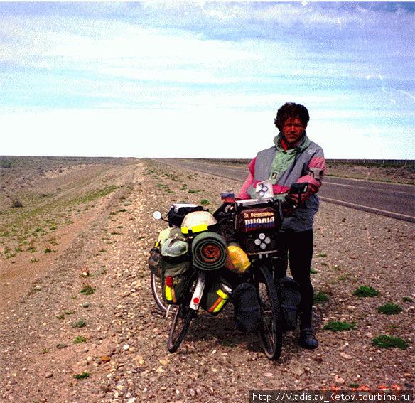 Снимок сделан очередным попутчиком. Второй велосипед принадлежит ему. Жаль, не помню, кто он и откуда...