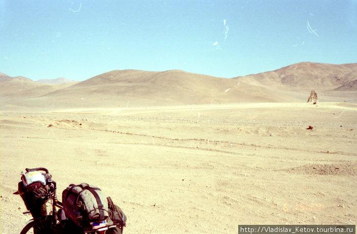 Рука в пустыне (справа на фото)