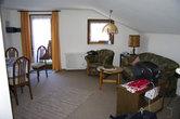 Наш уютный номер на двоих в отеле Альпенхоф. Гостинная и выход на балкон, который смотрит прямо на пист.