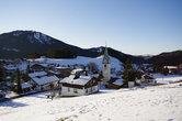 Вид на городок с другого холма