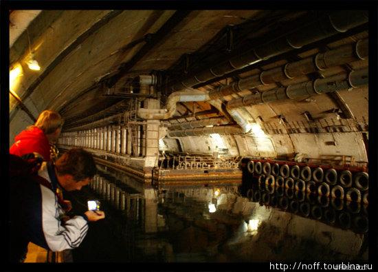 одна из главных достопримечательностей Балаклавы — бывший секретный завод по ремонту подводных лодок. Вид на центральный канал и сухой док.